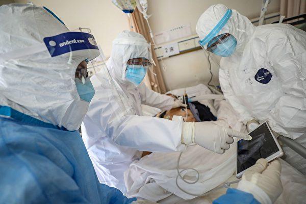 Врач проверяет пациента с коронавирусом COVID-19, 16 февраля 2020 года, Ухань, Хубэй.  STR/AFP via Getty Images   Epoch Times Россия