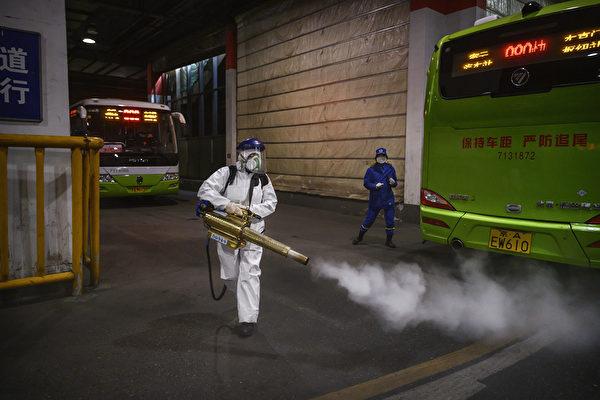 Женщина-волонтер из Blue Sky Rescue дезинфицирует участок автобусной станции, 7 марта 2020 года, Пекин, Китай. Kevin Frayer/Getty Images   Epoch Times Россия