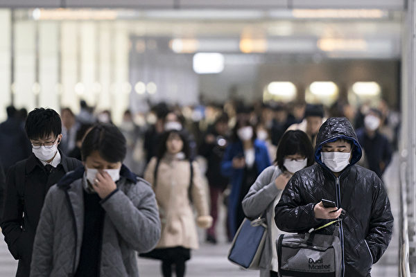 Пешеходы в масках идут через подземный переход, 13 февраля 2020, Токио, Япония.Tomohiro Ohsumi/Getty Images | Epoch Times Россия