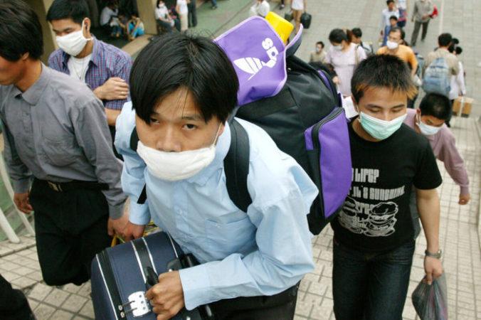 Рабочие-мигранты в защитных масках покидают город Гуанчжоу из-за опасений по поводу SARS. Провинция Гуандун, Китай, 2 мая 2003 года. Christian Keenan/Getty Images | Epoch Times Россия