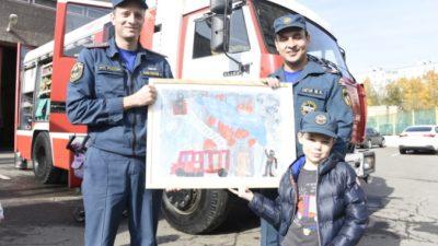 Мальчик Серёжа рисует картины о пожарных и мечтает стать спасателем