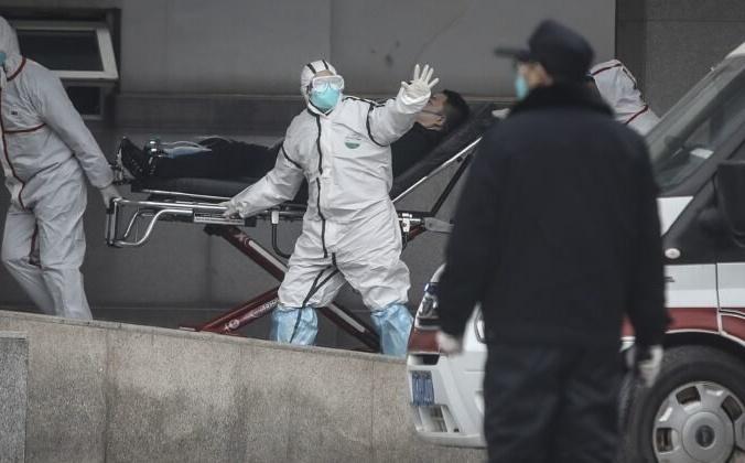 Медицинский персонал привёз пациента в больницу Цзинь Иньтань в Ухане, Китай, 17 января 2020 года. Getty Images | Epoch Times Россия