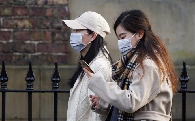 Женщины в лицевых масках идут по центру города Ухань, 31 января 2020 года. Ian Forsyth/Getty Images | Epoch Times Россия