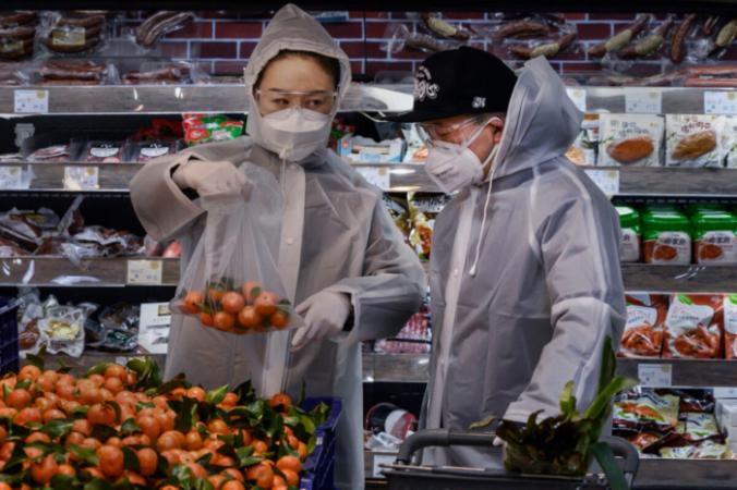 Китайская пара в супермаркете в Пекине, Китай, 11 февраля 2020 года. Kevin Frayer/Getty Images | Epoch Times Россия