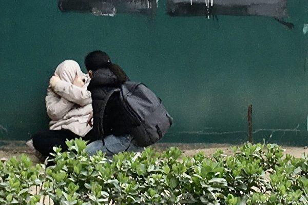 Мужчина плачет около комплекса SOHO в Центральном деловом районе Пекина, 31 марта 2020 годаThe Epoch Times | Epoch Times Россия