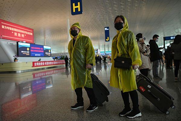 Пассажиры в защитных плащах в аэропорту Тяньхэ в Ухане, Хубэй, 8 апреля 2020 года. HECTOR RETAMAL/AFP via Getty Images   Epoch Times Россия