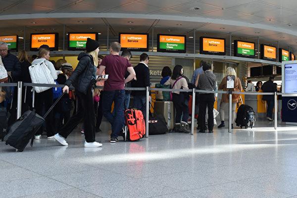 Пассажиры стоят в очереди в международном аэропорту имени Франца-Йозефа Штрауса в Мюнхене, Германия, 7 ноября 2019 года. CHRISTOF STACHE/AFP via Getty Images | Epoch Times Россия