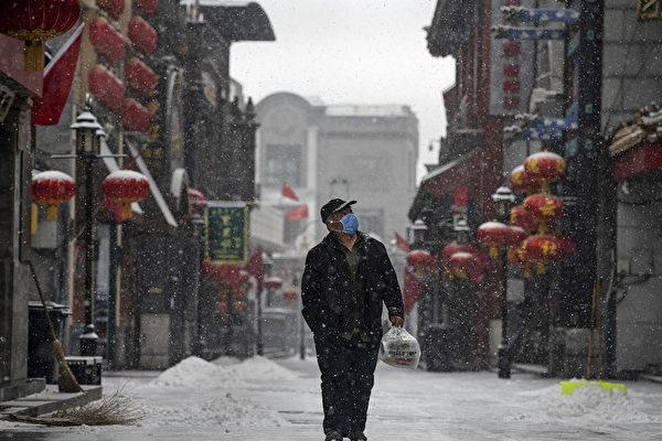 Житель Пекина в защитной маске идет по пустынной улице, 5 февраля 2020, Пекин, Китай. Kevin Frayer/Getty Images | Epoch Times Россия