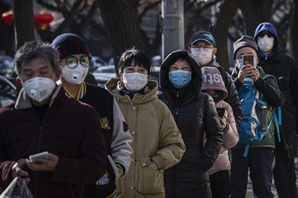 Покупатели в масках стоят в очереди перед магазином, 16 февраля 2020, Пекин, Китай Kevin Frayer/Getty Images | Epoch Times Россия