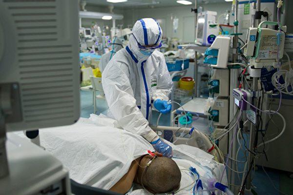 Медсестра проверяет пациента в отделении интенсивной терапии в больнице в Ухане, Хубэй, 22 февраля 2020 года STR/AFP via Getty Images | Epoch Times Россия