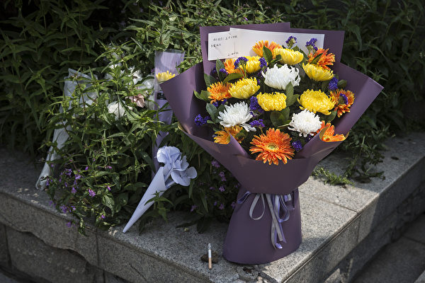 Жители Уханя принесли цветы в память о соотечественниках, умерших от пневмонии (COVID-19), 4 апреля 2020 года. Getty Images | Epoch Times Россия