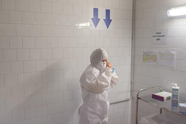 Медицинский работник надевает средства индивидуальной защиты (СИЗ) перед входом в полевой Госпиталь дель Мар, Барселона, Испания, 10 апреля 2020 года. David Ramos/Getty Images | Epoch Times Россия