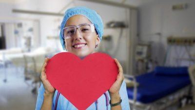 Мужчину поддерживали в реанимации послания медсестёр на стекле палаты. И когда он выздоровел, написал им в ответ