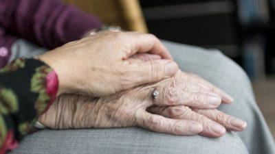 90-летний мужчина придумал, как навестить в годовщину свадьбы жену в доме престарелых, чтобы не нарушить условия карантина!