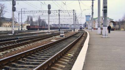 Пожилой мужчина упал на рельсы. От приближающегося поезда его бросился спасать 15-летний мальчишка