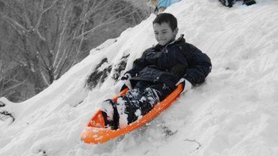 6-летний малыш катался с горки у реки и попал в полынью. Семиклассник вытащил его из воды за ноги