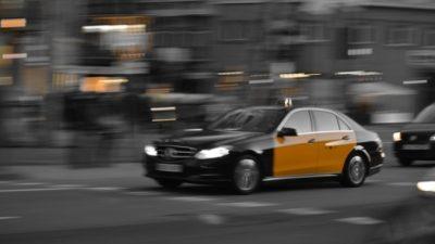(Видео) Таксист во время пандемии бесплатно возит людей в больницу. Такое дело не могло остаться незамеченным