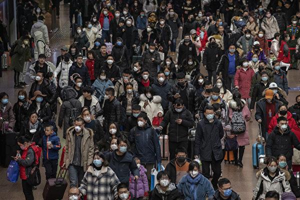 Китайские пассажиры в масках на железнодорожной станции Пекина, 23 января 2020, Пекин, Китай. Kevin Frayer/Getty Images | Epoch Times Россия