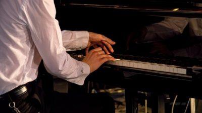 (Видео) Отец высмеял желание сына научиться играть на пианино. Это был вызов!