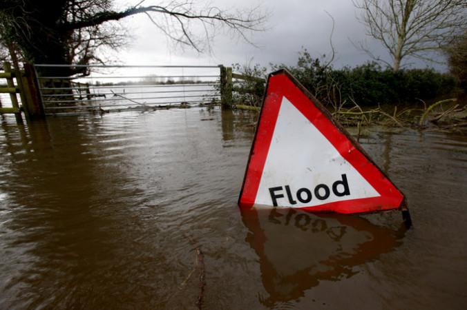 Затопленная табличка с надписью «Наводнение». Фото:  Matt Cardy/Getty Images | Epoch Times Россия