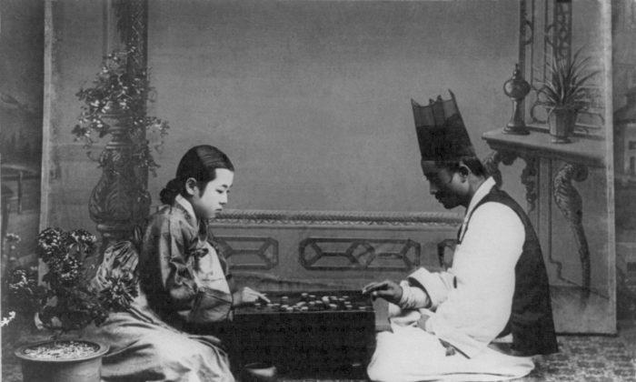 Корейские мужчина и женщина играют в ГО в начале 1900-х годов (Public Domain) | Epoch Times Россия