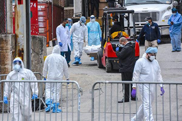 Медицинские работники несут тело к авторефрижератору из бруклинской больницы, Нью-Йорк, 31 марта 2020 года.Stephanie Keith/Getty Images | Epoch Times Россия