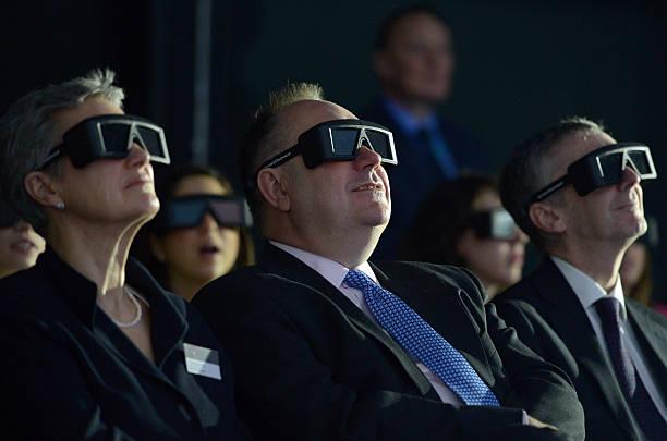 ГЛАЗГО, ШОТЛАНДИЯ - 24-ОЕ АПРЕЛЯ: Алекс Салмонд, первый министр Шотландии (c) присутствует на открытии 3D-визуализации человеческой головы и шеи 24 апреля 2013 года в Глазго, Шотландия. Визуализация, созданная по заказу Национальной службы здравоохранения Шотландии и разработанная Студией цифрового дизайна Школы искусств Глазго, произведет революцию в медицинском и стоматологическом обучении. Jeff J Mitchell/Getty Images) | Epoch Times Россия