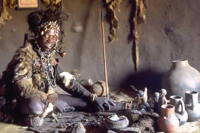 Фото в самом верху: Нганга (духовный целитель или травник) народа шона. Великий Зимбабве, Зимбабве. Фото: CC BY SA 3.0 | Epoch Times Россия