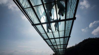 (Видео) Осторожно! Стеклянный мост на высоте 1180 м трескается под ногами