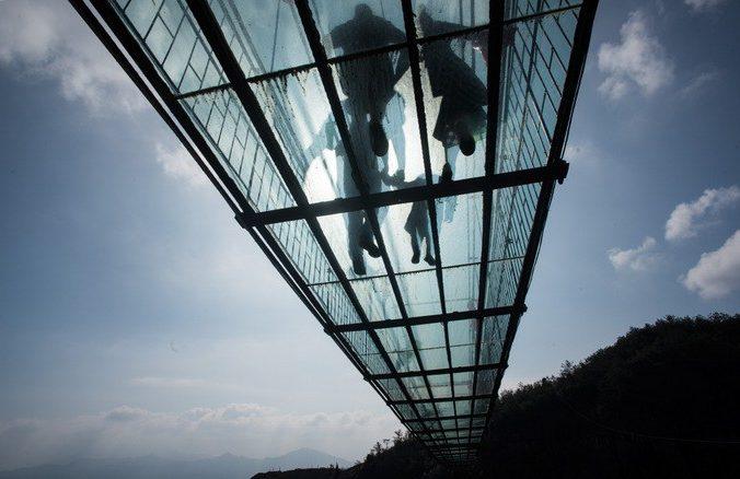 Стеклянный мост над ущельем. Фото: JOHANNES EISELE/AFP/Getty Images   Epoch Times Россия