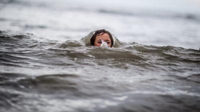 Четырёхлетняя девочка из последних сил боролась с волнами, но продолжала улыбаться. Отдыхающие заметили её совершенно случайно!