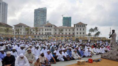 (Видео) 700 мусульман не могли найти места для коллективной молитвы в праздник. Сотрудники ИКЕА придумали решение!