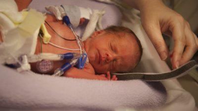 Молодая мама просматривала фотографии мужа и увидела его новорождённого на руках медсестры. Женщина показалась ей знакомой
