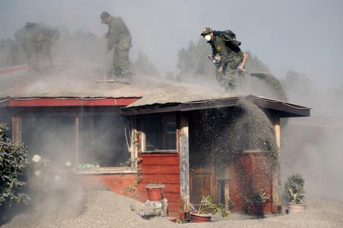 Очистка домов от пепла вулкана Кальбуко, Чили, 25 апреля, 2015 год. Фото: VLADIMIR RODAS/AFP/Getty Images   Epoch Times Россия