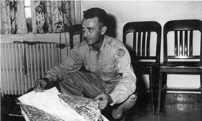 Майор Джесси Марсель с аэродрома Розуэлла вместе с обломками, обнаруженными в 75 милях к северо-западу от Розуэлла, штат Нью-Мексико, в июне 1947 года. Обломки были идентифицированы как обломки радиолокационной цели. ВВС США / AFP / Getty Images) | Epoch Times Россия