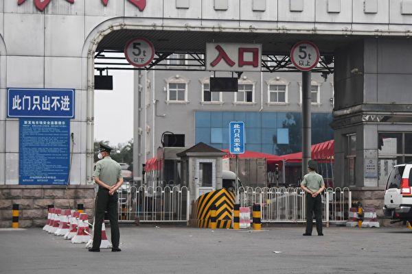 Китайские сотрудники военизированной полиции охраняют вход на закрытый рынок «Синьфади» в Пекине, 13 июня 2020 года. GREG BAKER/AFP via Getty Images | Epoch Times Россия