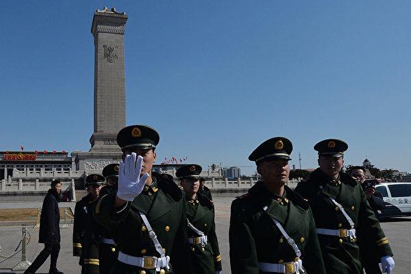 Китайская военизированная полиция охраняет площадь Тяньаньмэнь во время Всекитайского собрания народных представителей (ВСНП), Пекин, 6 марта 2014 года. MARK RALSTON/AFP via Getty Images | Epoch Times Россия