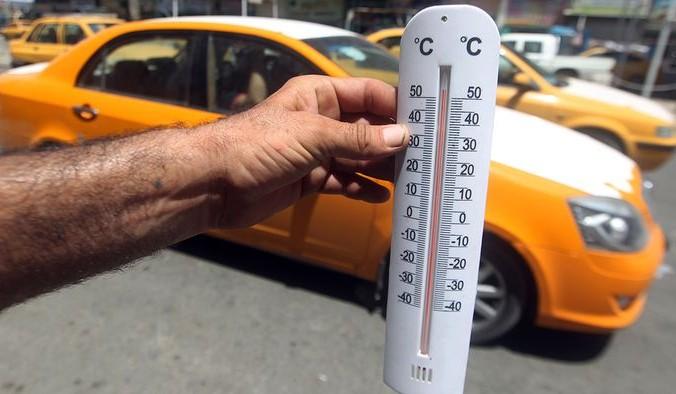 Иранец показывает термометр, столбик которого превысил отметку в 50 градусов по Цельсию. Фото:AHMAD AL-RUBAYE/AFP/Getty Images | Epoch Times Россия