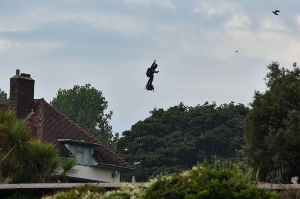 Фрэнки Сапата на своём реактивном «флайборде» приземляется в заливе Святой Маргариты в Дувре 4 августа 2019 года. Фото:  GLYN KIRK/AFP via Getty Images   Epoch Times Россия