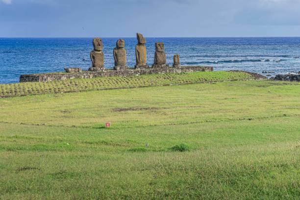 Вид на Моаи - каменные статуи культуры Рапа Нуи - на острове Пасхи, в 3700 км от чилийского побережья в Тихом океане, 31 марта 2020 года. - Местные власти острова Пасхи считают, что распространение COVID-19 коронавирус почти локализован, но они опасаются последствий внезапной остановки туризма, экономического двигателя этого вулканического острова в Полинезии.  Фото: MIGUEL CARRASCO / AFP) (Photo by MIGUEL CARRASCO/AFP via Getty Images) | Epoch Times Россия