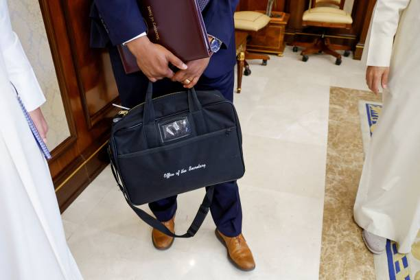 Мужская деловая сумка. Фото:  JONATHAN ERNST/POOL/AFP via Getty Images | Epoch Times Россия