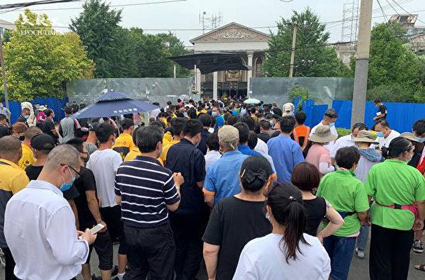 22 июня в 3 часа дня толпа людей собралась, чтобы пройти тест на нуклеиновые кислоты в районе Хайдянь, Пекин. The Epoch Times | Epoch Times Россия
