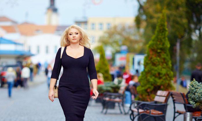 Уверенная женщина размера плюс, идущая по улице. (Shutterstock) | Epoch Times Россия