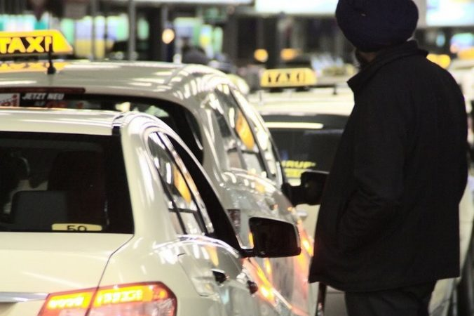 Таксист начал расспрашивать плачущую пассажирку. О принуждении к проституции он услышать не ожидал