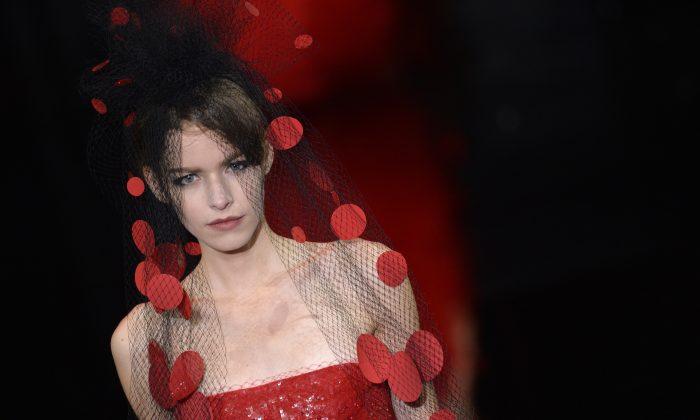 Фото: Модель представляет творение Giorgio Armani Prive во время показа коллекции Haute Couture осень-зима 2014/2015 8 июля 2014 года в Париже. (Мигель Медина / AFP / Getty Images) | Epoch Times Россия