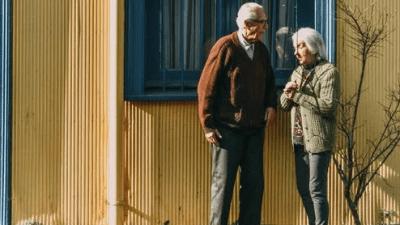 6 часов пожилой мужчина летел стоя, чтобы жена спала с комфортом. Этот поступок вызвал шквал комментариев