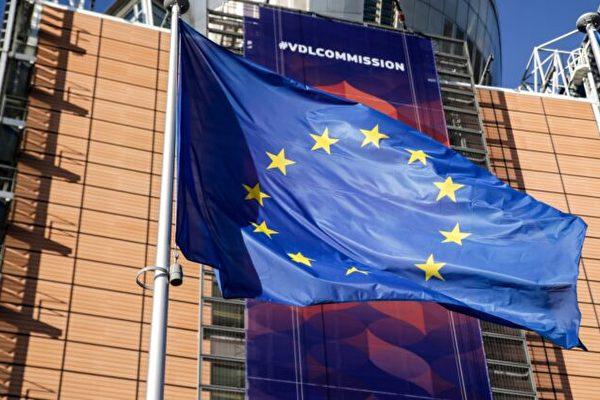 Флаг Европейского Союза развевается перед штаб-квартирой Европейской комиссии в Брюсселе 3 декабря 2019 года. ARIS OIKONOMOU/AFP via Getty Images | Epoch Times Россия
