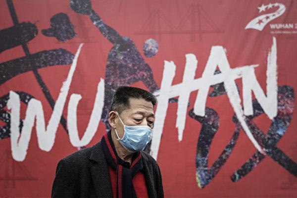 Человек в маске идёт по улице в Ухане, провинция Хубэй, Китай, 22 января 2020 года. Getty Images | Epoch Times Россия