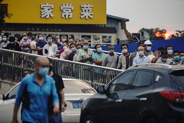 Горожане, которые посещали или проживают около рынка «Синьфади» стоят в очереди, чтобы пройти тест на нуклеиновые кислоты, Пекин, Китай, 18 июня 2020 года. Lintao Zhang/Getty Images   Epoch Times Россия