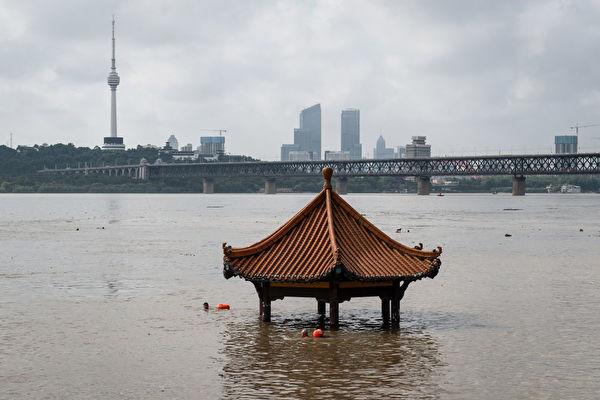 Беседка на берегу реки Янцзы почти полностью ушла под воду после сильного дождя, Ухань, 6 июля 2020 года. STR/AFP via Getty Images   Epoch Times Россия
